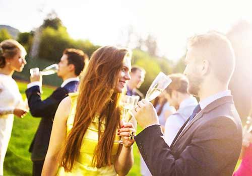婚活パーティを楽しむ男女