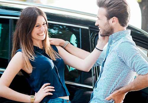 笑顔でスキンシップするカップル