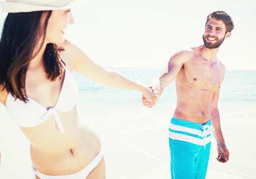 ビーチでデートを楽しむカップル