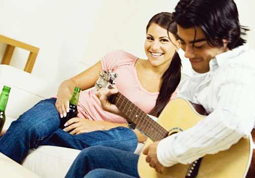 彼氏のギターを聞く彼女