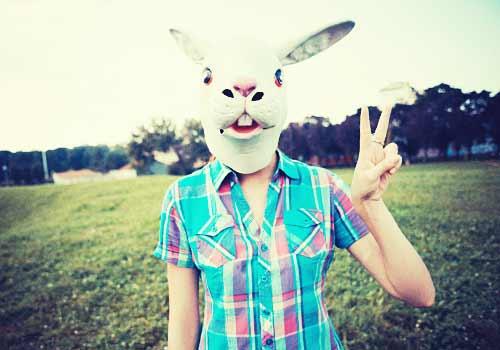 ウサギの被り物を付けた女性