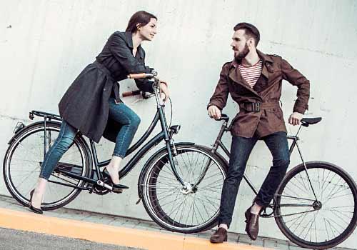 自転車にのり会話する男女