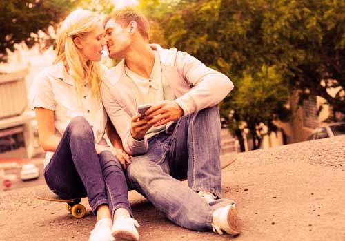 キスをしようとする恋人たち