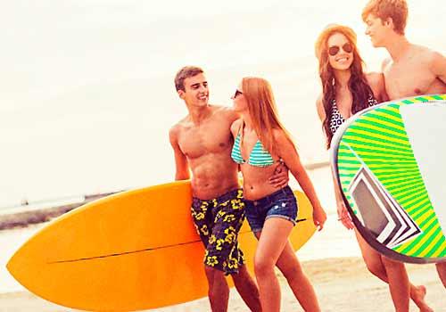 サーフィンを楽しむ男女