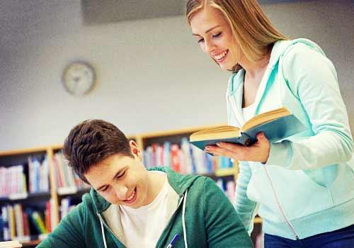 図書館で勉強する男女