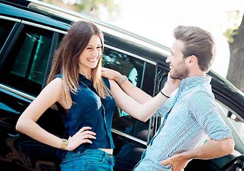 車で迎えに来た彼氏と笑顔で歓迎する彼女