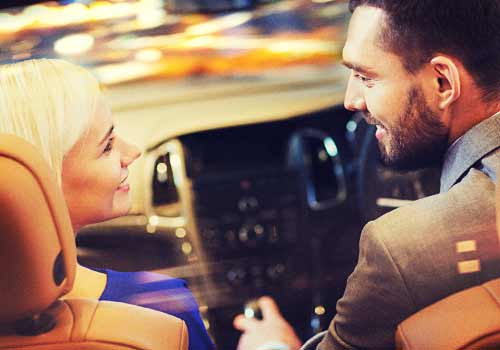 車の中でプロポーズする男性