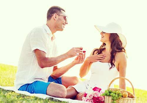 草原でプロポーズする男性