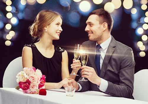 ワインで乾杯する恋人たち