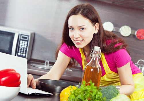 料理の勉強をする女性
