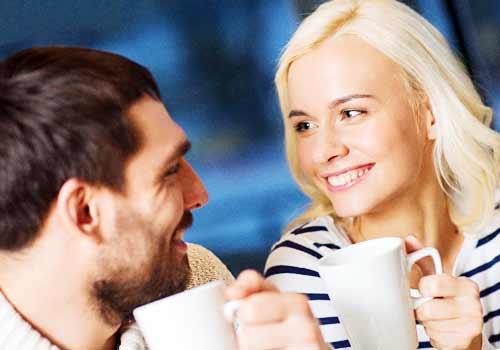 恋人と会話する女性