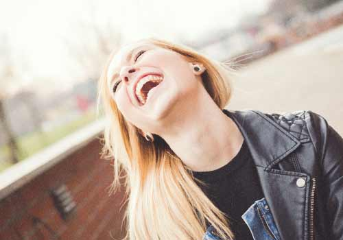 大声で笑う女性
