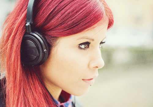 赤いヘアカラーをきめた女性