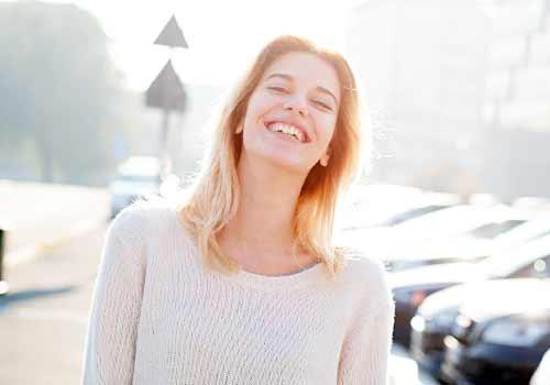 屈託のない笑顔の女性
