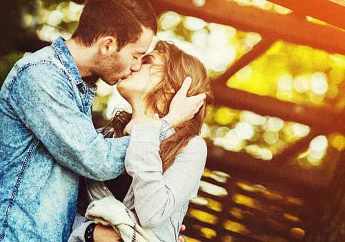 キスをする恋人たち
