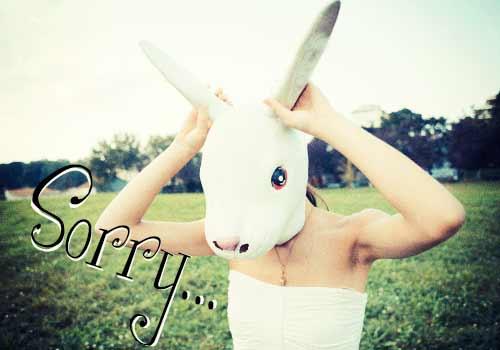 謝るウサギの少女