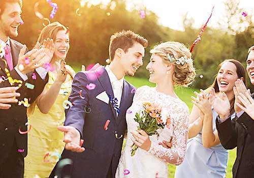 結婚式を上げる男女