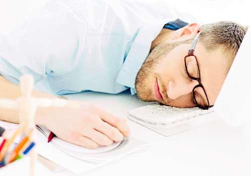 仕事中に居眠りをする男