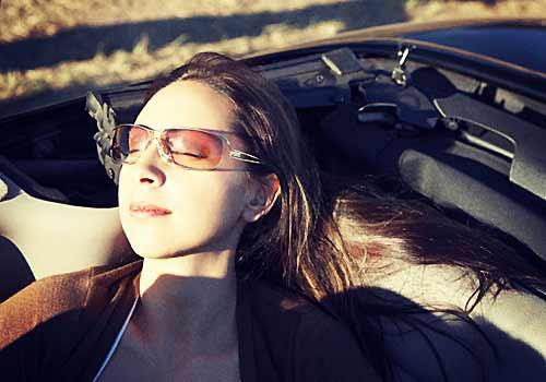 車の座席でぐっすり眠る女性