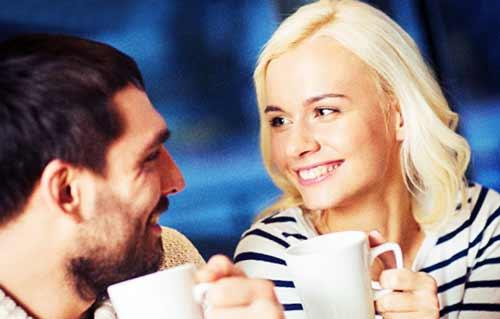 彼氏と会話する女性
