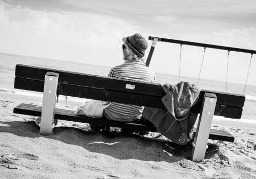 一人寂しく海を眺める女性