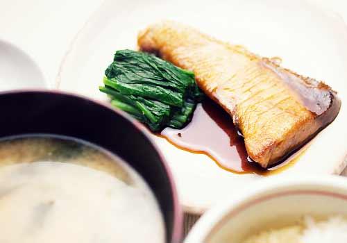 味噌汁と魚とほうれん草