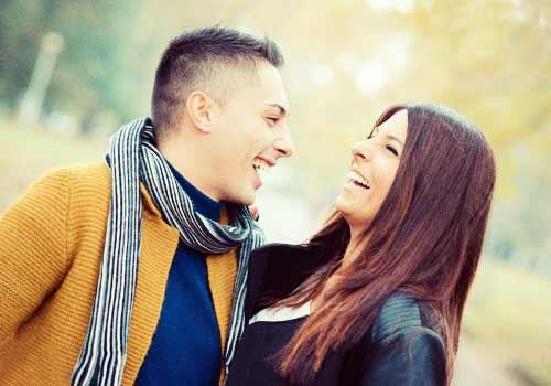 互いに笑うカップル