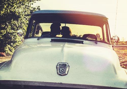 車野中でキスをする恋人たち