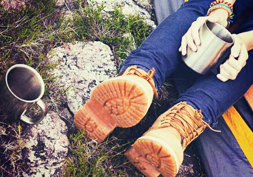 革靴を履いた女性