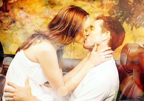 車の上でキスをするカップル