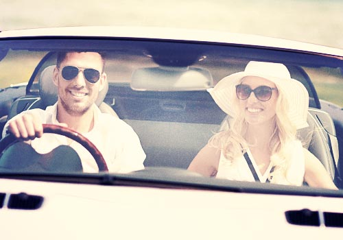 ドライブを楽しむ恋人たち