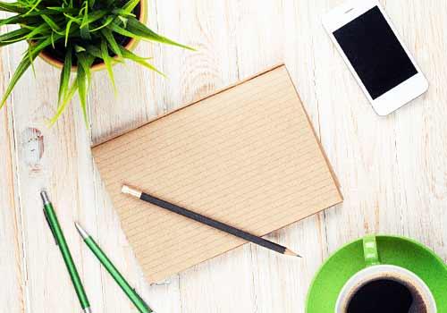 机とノートなど