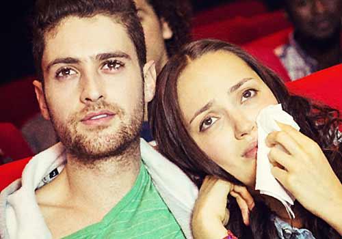 映画で感動するカップル