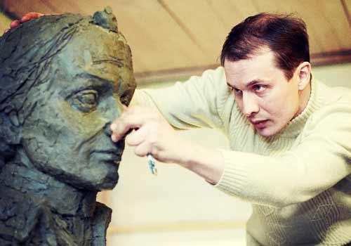 銅像を作る男
