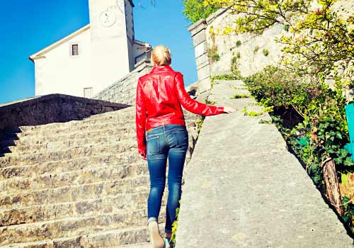 階段を歩く女性