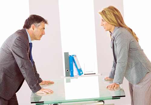 オフィスでケンカする男女