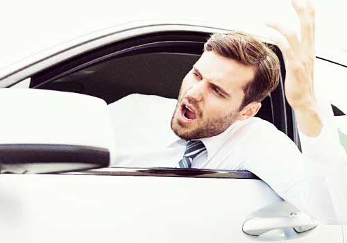 車から怒りだす男性