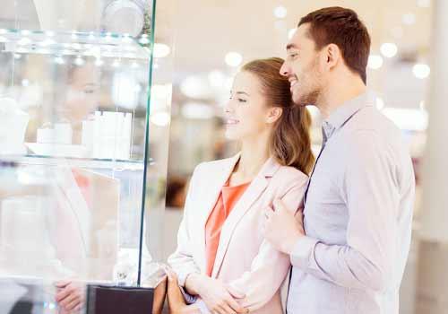 買い物するカップル