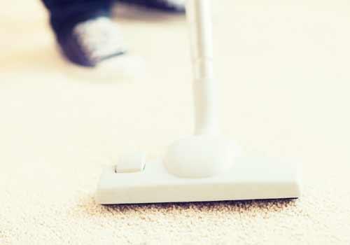 部屋に掃除機をかける