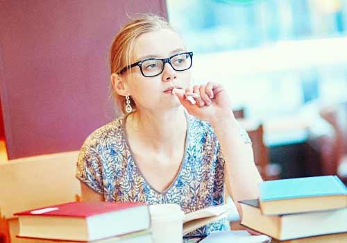 図書館で勉強する女