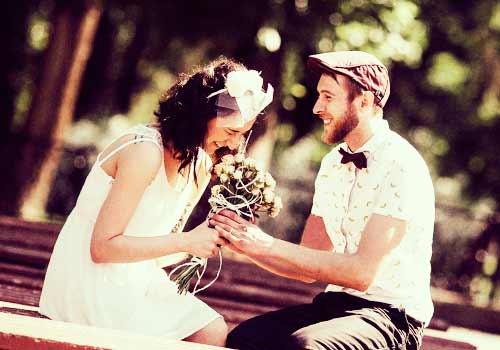 好きな男性から花束を受け取る女性