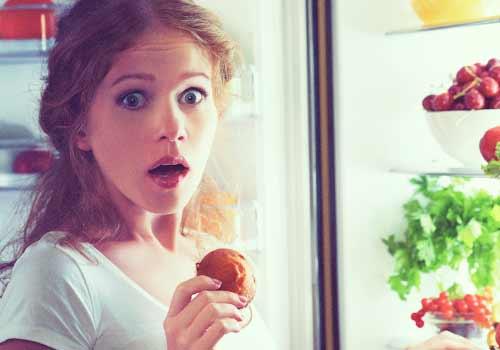 冷蔵庫からお菓子を取ったことがバレタ女性