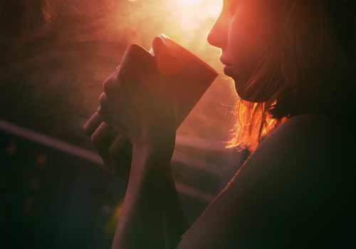 独りコーヒーを飲む女性