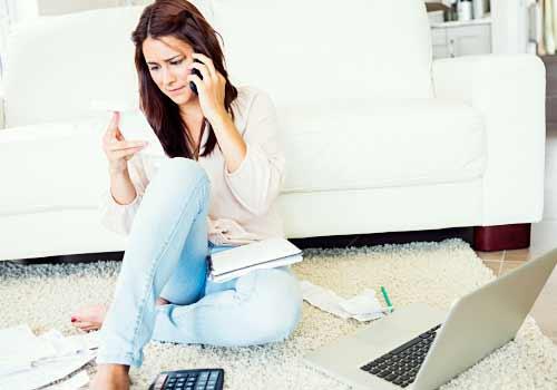 家計のやりくりに悩む女性