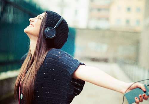 音楽を聴いてノロノリな女性