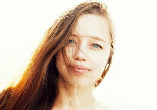 寂しげな表情の女性