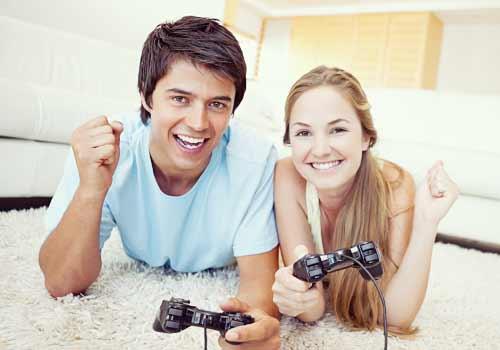 ゲームをするカップル