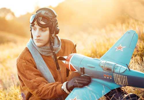 模型飛行機を飛ばそうとする男
