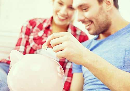 お金を貯金するカップル