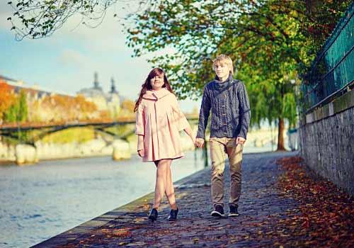 川沿いでデートをするカップル